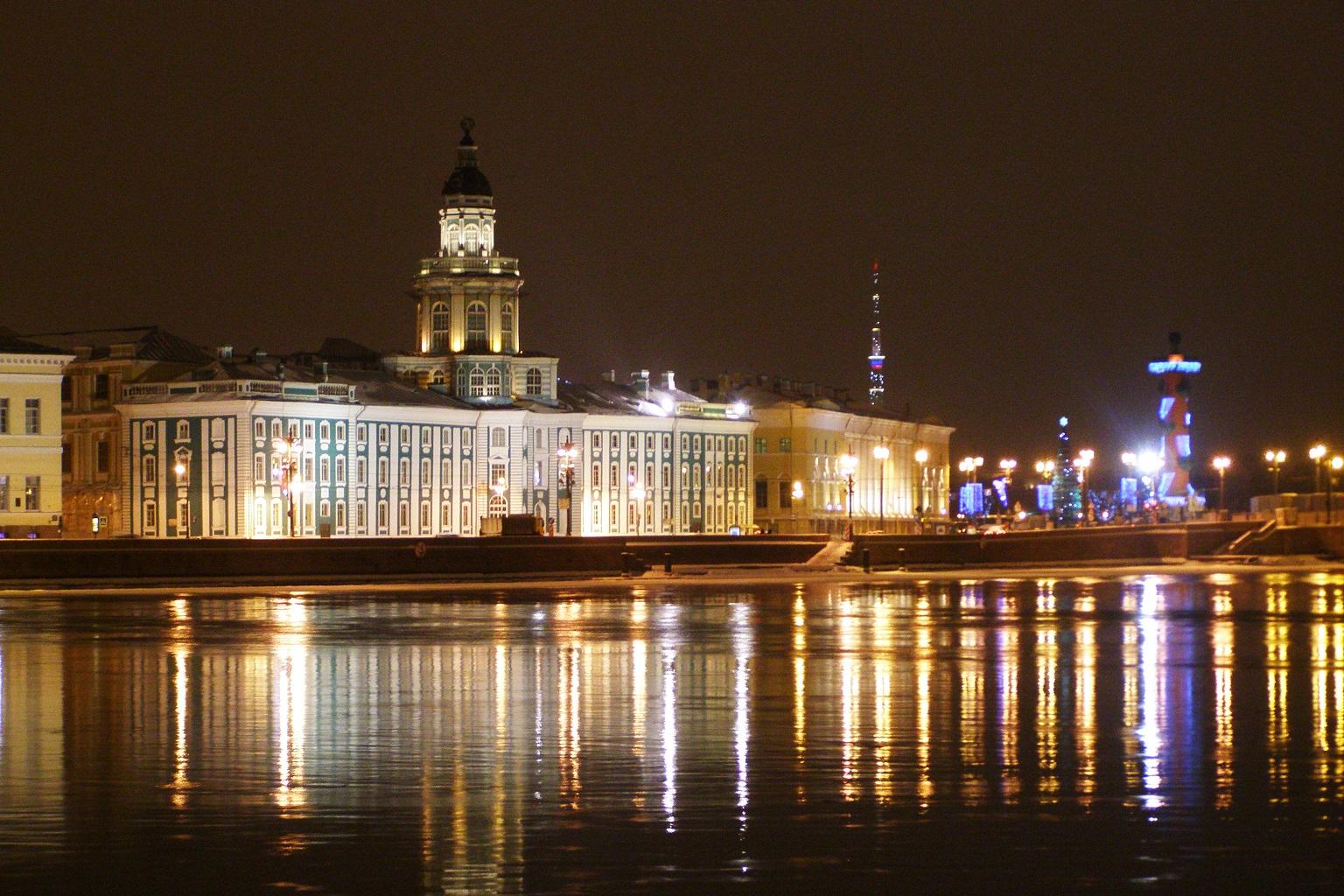 Кунсткамера вечером. Вид с Адмиралтейской набережной. Автор фото: Gef (Wikimedia Commons)