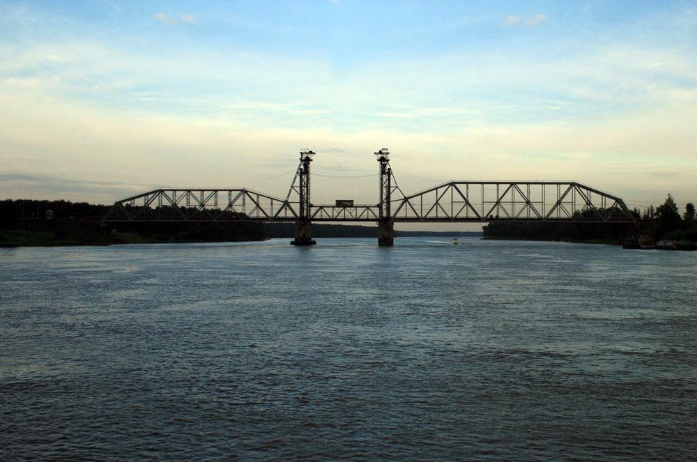Кузьминский мост — железнодорожный разводной мост вертикально-подъёмного типа через реку Неву. Автор фото: Repovesi (Wikimedia Commons)