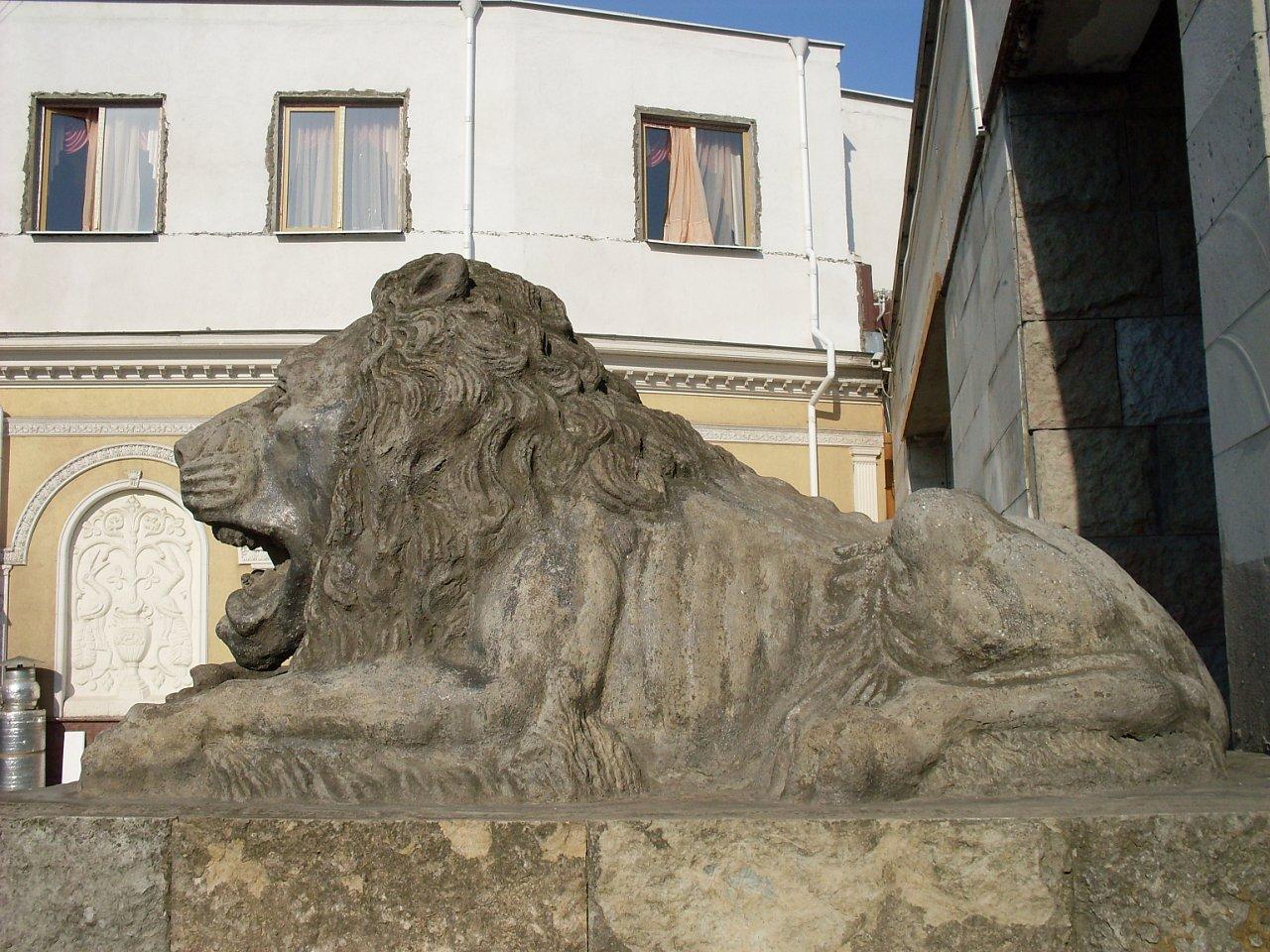Львы у Ленинградского зоопарка. Автор фото: Елена Смирнова