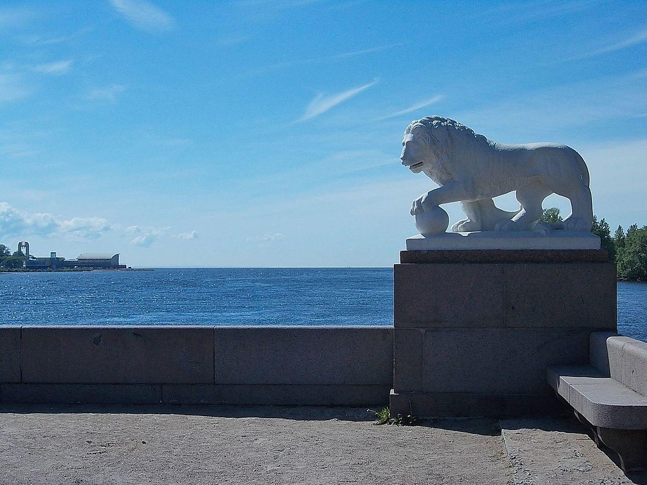 Лев на Западной стрелке Елагина острова. Автор фото: Uz1awa (Wikimedia Commons)