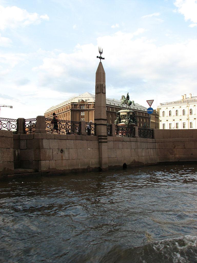 Гранитная памятная стела с отметками самых сильных наводнений в Санкт-Петербурге. Набережная Мойки возле Исаакиевской площади. Автор фото: Корзун Андрей (Kor!An) (Wikimedia Commons)