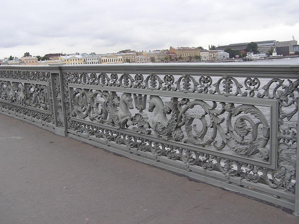 Ограждение Благовещенского моста. Фото: Andrew Butko (Wikimedia Commons)