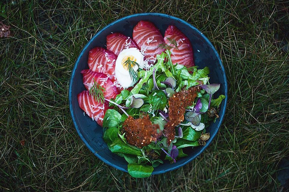 Лосось слабой соли, свежие листья салата, хрен и чипсы из ржаного хлеба, источник фото: https://www.facebook.com/kontorarest