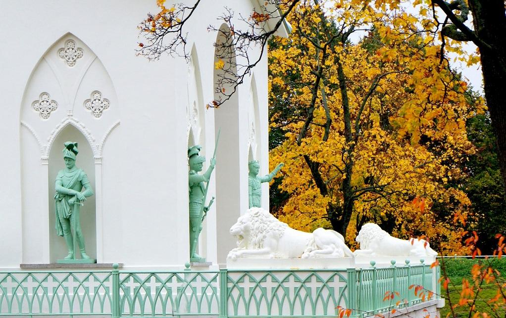 """Скульптуры львов около """"Белой башни"""". Фото: tsarselo.ru"""