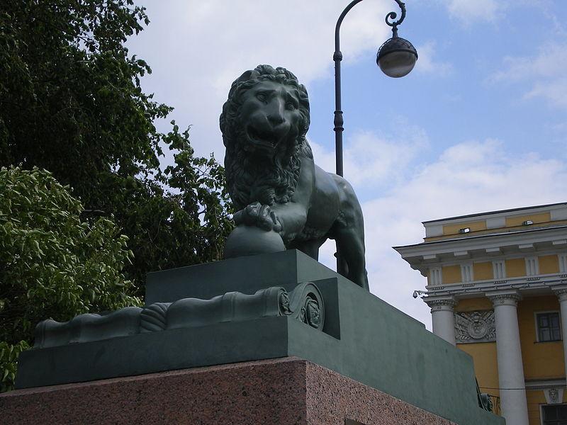 Львы на Дворцовой пристани, источник фото: Wikimedia Commons Автор: AndreyA