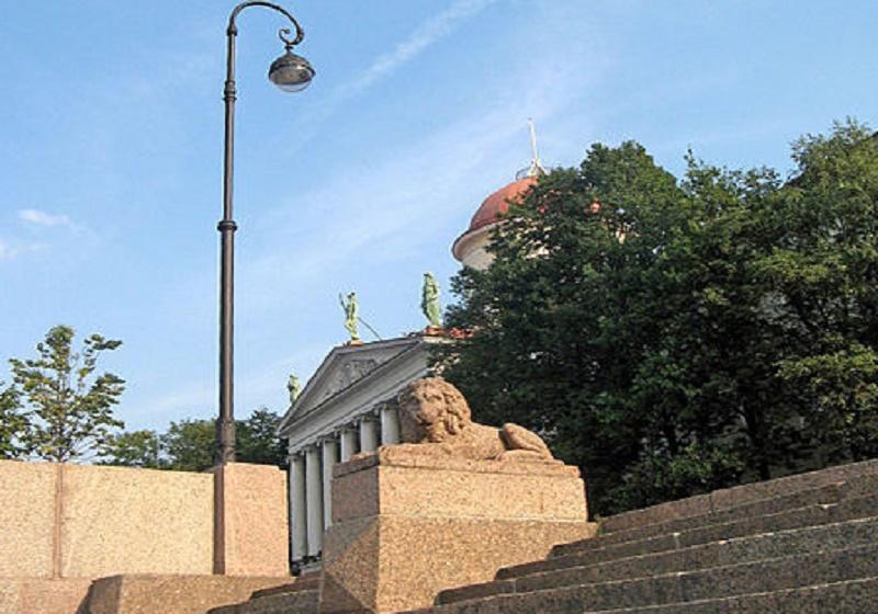 Спуск со львами.  Автор фото: Екатерина Борисова (Wikimedia Commons)