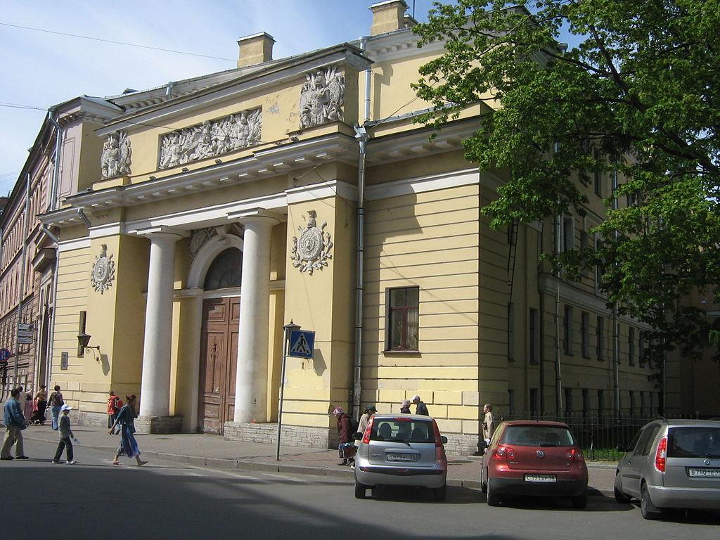Здание конюшен (западный корпус)  Михайловского замка. Фото: Peterburg23 (Wikimedia Commons)