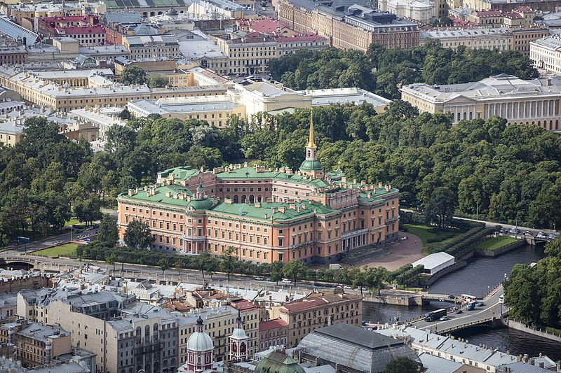 Михайловский замок, источник фото: Wikimedia Commons 0https://commons.wikimedia.org/wiki/File:RUS-2016-Aerial-SPB-St_Michael%27s_Castle.jpg Автор: Andrew Shiva
