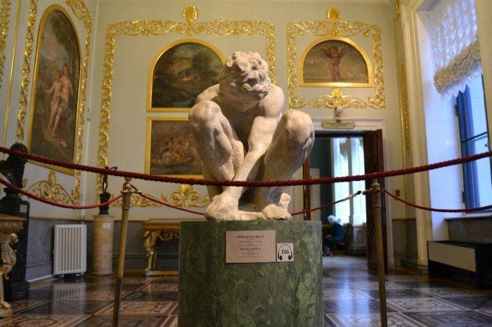 Микеланджело - Скорчившийся мальчик, источник фото: http://art-assorty.ru/4856-mikelandzhelo-skorchivshiysya-malchik.html