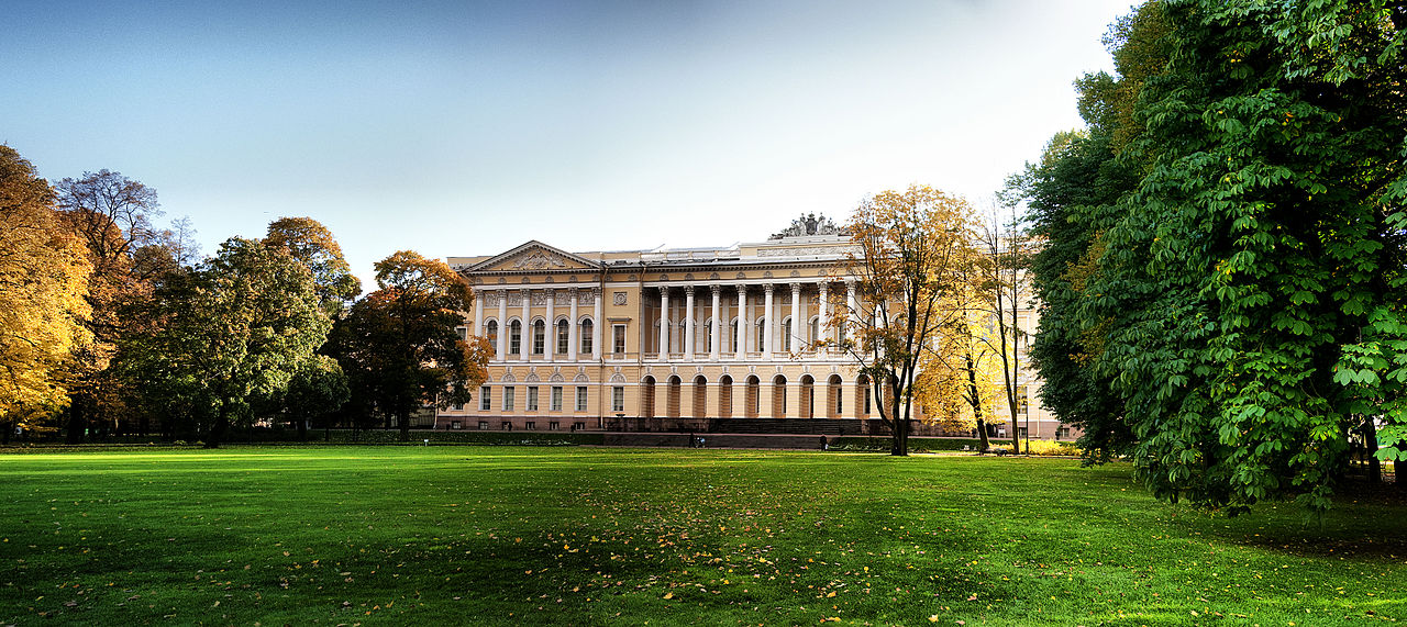 Вид на большую лужайку Михайловского сада и Михайловский дворец. Автор фото: Anton Anisimov (Wikimedia Commons)