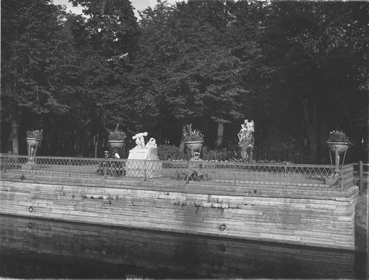 Парковая скульптура Летнего сада, 1903 г. Фотография ателье Буллы. ЦГАКФФД СПб. Источник: vk.com/rusmuseum.gardens
