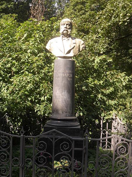 Могила Гончарова на Литераторских мостках в Санкт-Петербурге. Автор фото: SerSem (Wikimedia Commons)