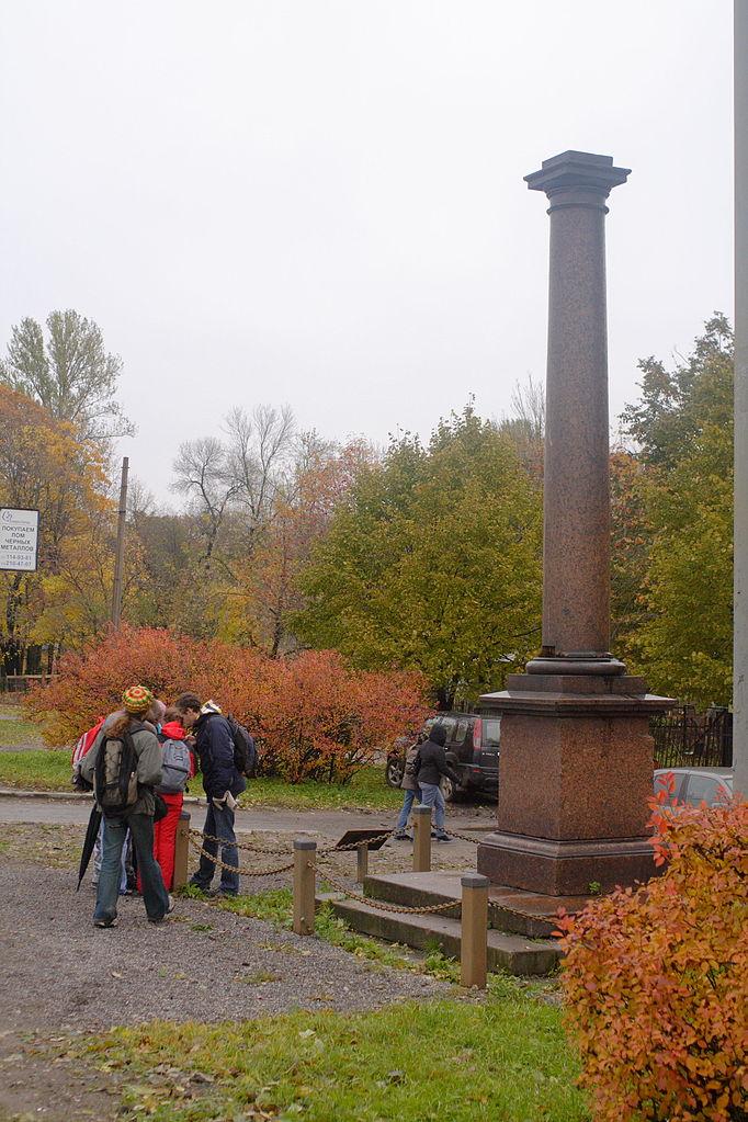 """Молвинская колонна в Екатерингофском парке, установлена в 1824 году Монферраном как модель Александрийской колонны в качестве тренировки. Слева у колонны - участники """"Бегущего города"""" Питер-2009 г. Фото: Rave (Wikimedia Commons)"""