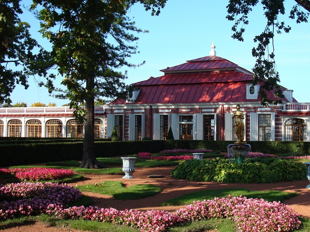Дворец Монеплезир в восточной части Нижнего парка. Автор фото: Chezenatiko. Взято с Википедии