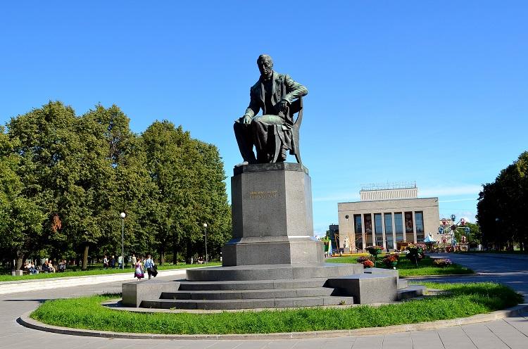 Памятник А.С. Грибоедову, на Пионерской площади, источник фото: http://excava.ru/alexander-griboyedov-monument/