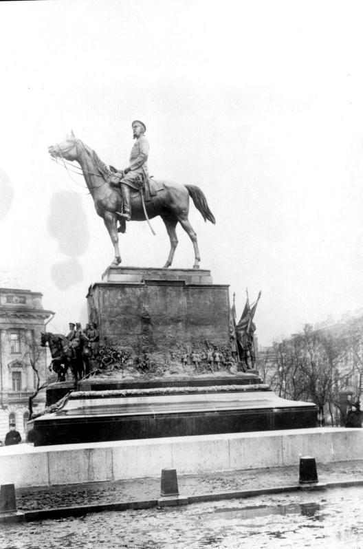 Памятник великому князю Николаю Николаевичу (Старшему) на Манежной площади. Фото 1914 (Wikimedia Commons)