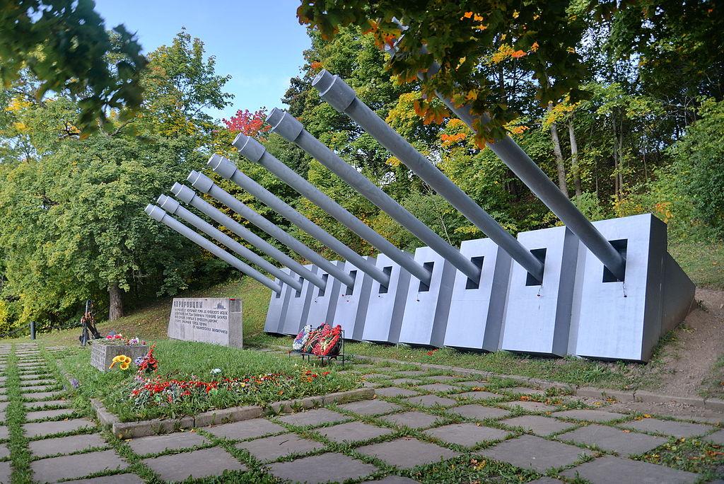 """Монумент морякам  """"Авроры"""" у Вороньей горы. Фото: Dudergofer (Wikimedia Common)"""