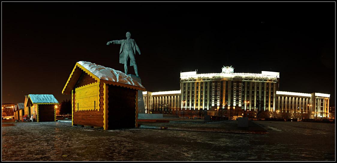 Монтаж катка на Московской площади, декабрь 2007, источник фото: Википедия — свободная энциклопедия, Автор: Михаил Медвинский