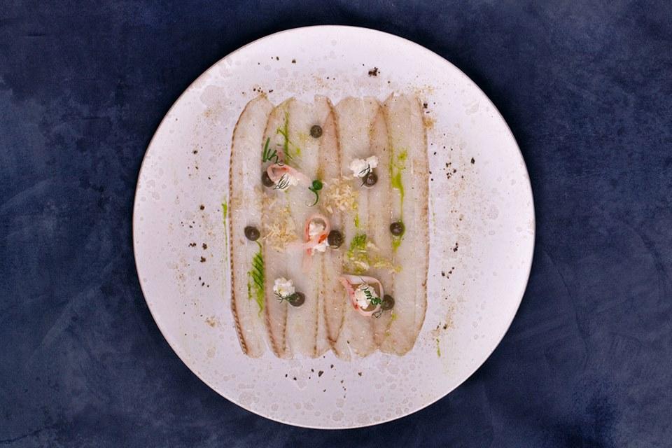 Муксун, креветка, мёд, лимон и каперсы, источник фото: https://www.facebook.com/foodformind.ru/photos/pcb.1362591040467283/1362579720468415/?type=3&theater
