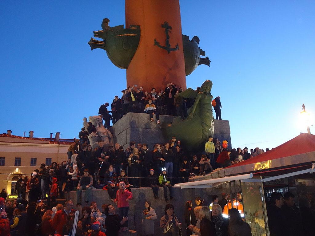 Народ облепил Ростральную колонну, чтобы посмотреть салют в честь 70-летия Победы. Фото: Monoklon из русской Википедии