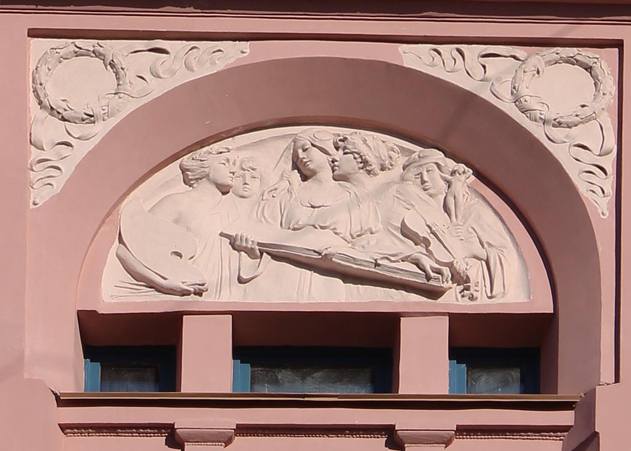 Обезображенный ремонтом барельеф (по мнению жителей). Фото: citywalls.ru