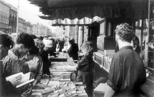 Около Дома книги. 1960-е гг. Из архива Дома книги