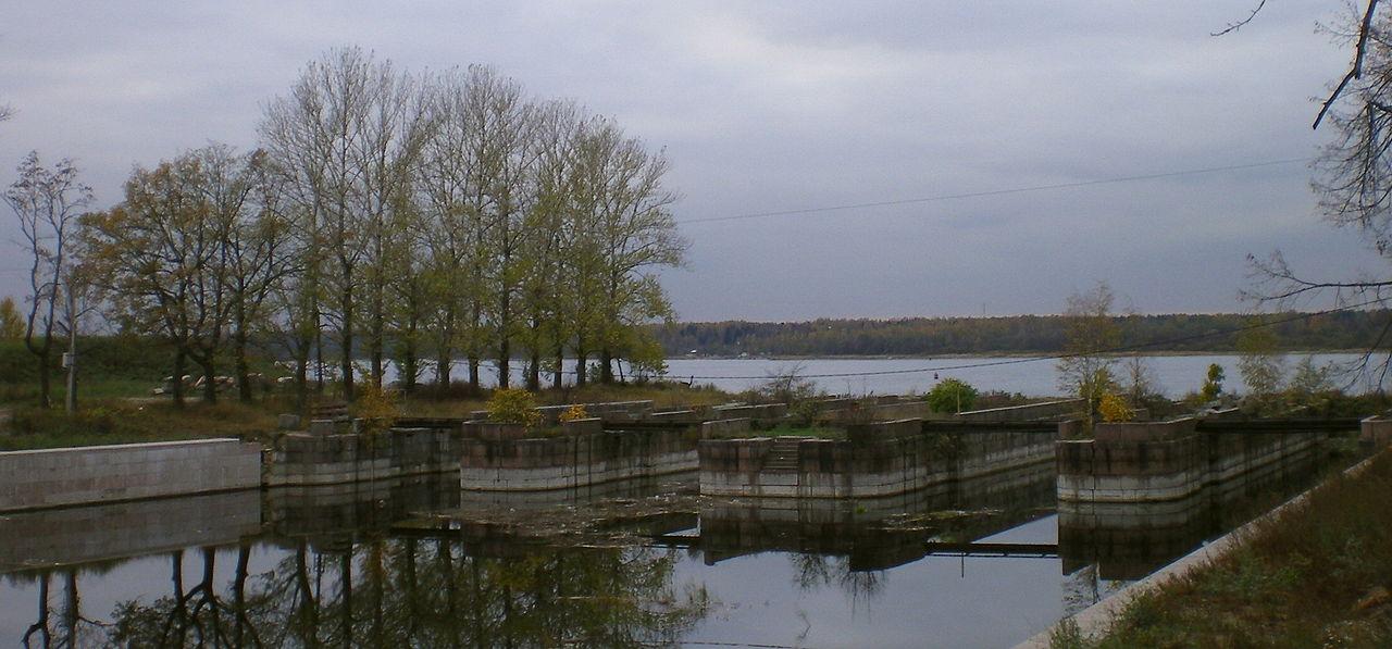 Вид на опоры разрушенного моста в устье Староладожского канала и на Неву. Автор фото: Андрей! (Wikimedia Commons)
