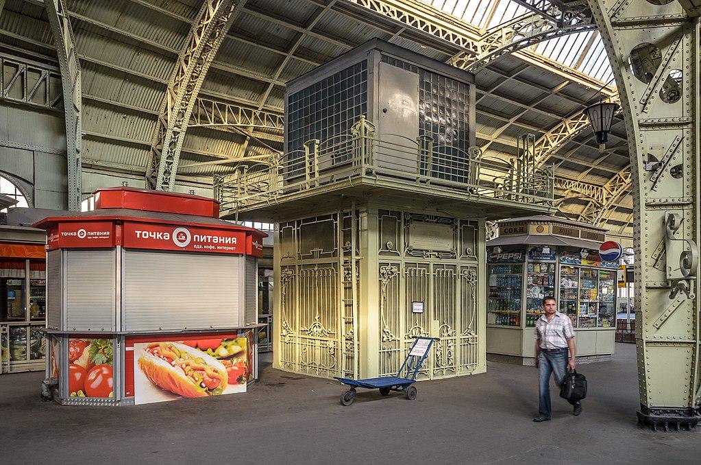 Оригинальный багажный лифт на платформе (не действует). Фото: Florstein (WikiPhotoSpace)