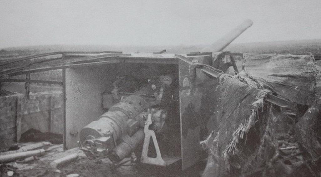 "Орудие батареи ""Аврора"" на боевой позиции. Фотоснимок неизвестного солдата вермахта (Wikimedia Commons)"