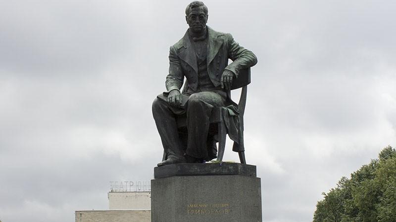 Памятник Грибоедову, источник фото: http://onlocation.ru/pamyatnik-griboedovu/