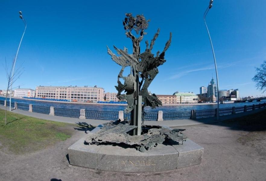 Памятник Альфреду Нобелю на Петроградской набережной, источник фото: http://www.ipetersburg.ru/pamyatnik-alfredu-nobelyu