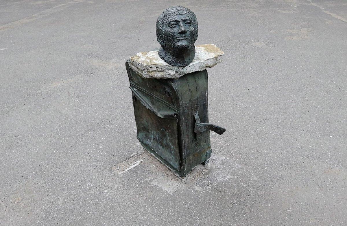 Памятник Бродскому во дворе СПбГУ. Фото: russiaedu.ru
