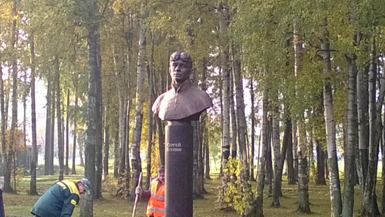 Бюст Есенину в парке Есенина, источник фото: http://www.fontanka.ru/2013/10/04/061/