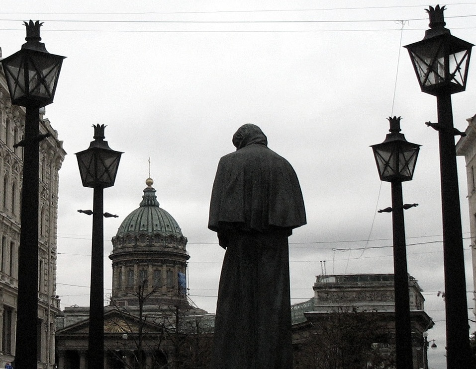 Памятник Гоголю в Санкт-Петербурге на фоне Казанского собора. Фото: Александр Скибицкий (Wikimedia Commons)