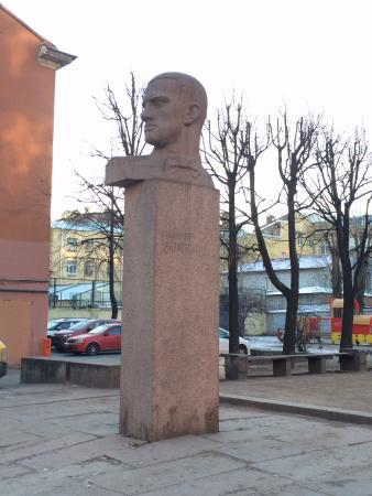 Памятник В. В. Маяковскому, источник фото: https://www.tripadvisor.ru/Attraction_Review-g298507-d9707745-Reviews-V_V_Mayakovskiy_Monument-St_Petersburg_Northwestern_District.html