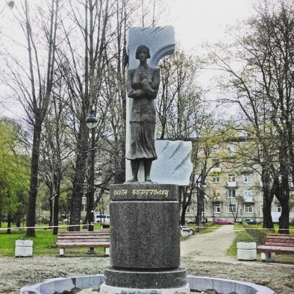 Памятник Ольге Берггольц в Палевском саду