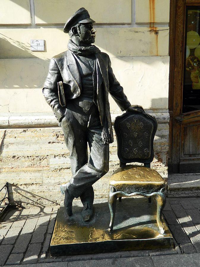 Памятник Остапу Бендеру, источник фото: https://ru.wikipedia.org/wiki/Файл:Памятник_Остапу_Бендеру_(Санкт-Петербург).jpg Автор: Тара-Амингу