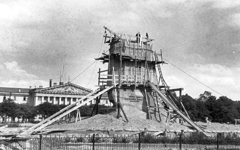 Памятник Петру I в защитном устройстве. Август 1941 г., источник фото: Wikimedia Commons