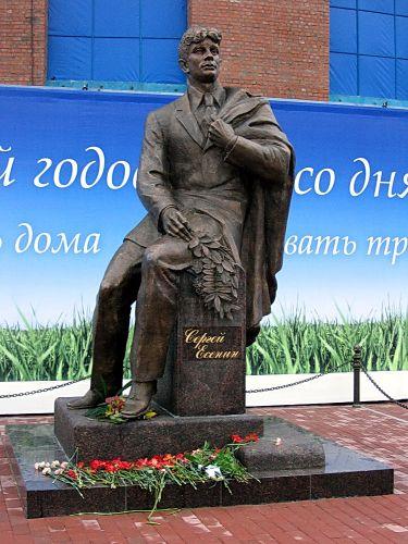 Памятник Сергею Есенину на пересечении улицы Есенина и Северного проспект, истопник фото:  Wikimedia Commons, Автор: Василий Голованов