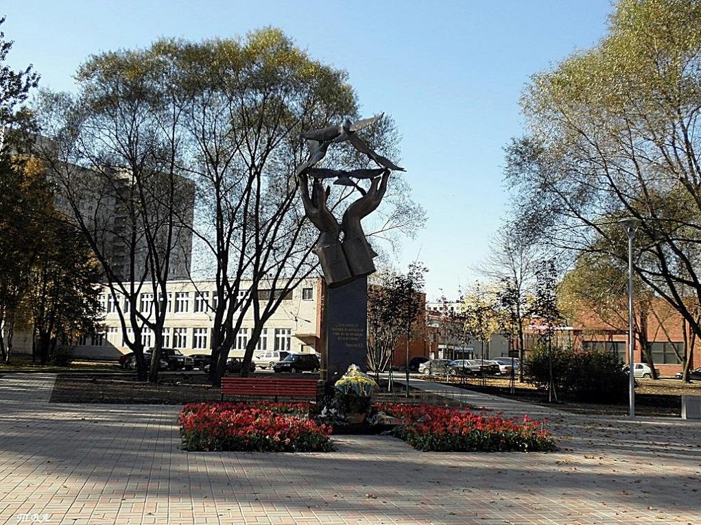 Памятник учителю. Источник: fotokto.ru