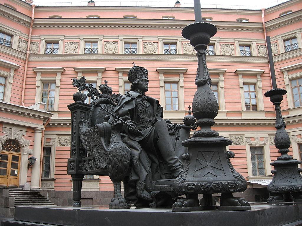 Памятник Павлу I во дворе Михайловского (Инженерного) замка. Автор фото: Dr.bykov (Wikimedia Commons)