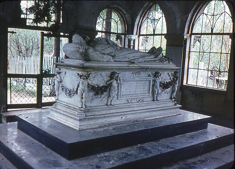 Кладбищенский склеп внутри. Автор фото: Витольд Муратов (Wikimedia Commons)