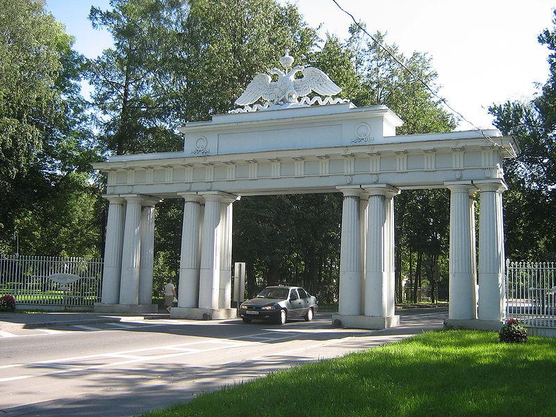 Павловск. Улица Революции, Николаевские (Чугунные) ворота. Автор фото: Peterburg23 (Wikimedia Commons)