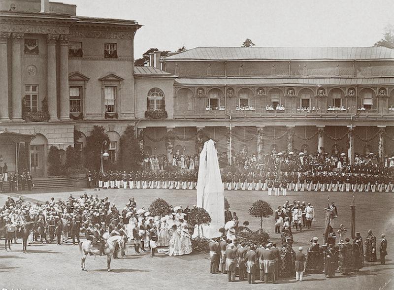 Открытие памятника Павлу I перед дворцом. Автор фото: неизвестен (Wikimedia Commons)
