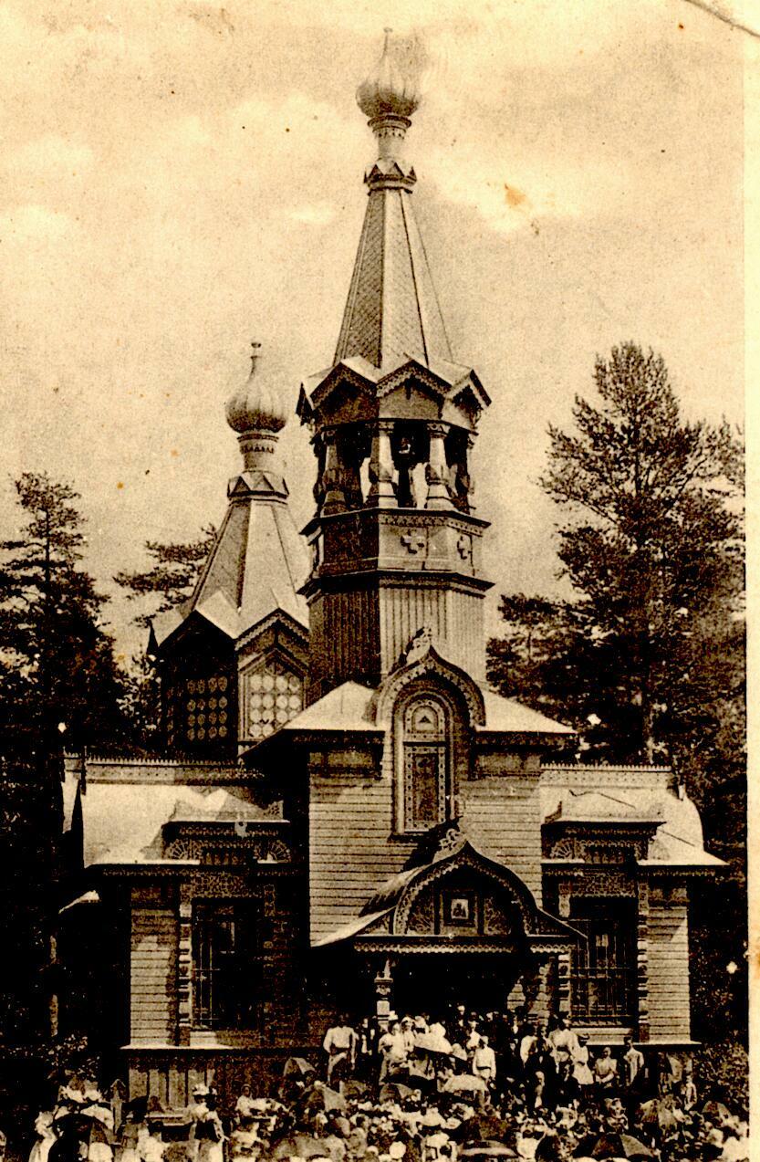 Первая деревянная церковь на фото 1900-х годов. Из коллекции М.Ю.Мещанинова. Автор: Peterburg23, Wikimedia Commons