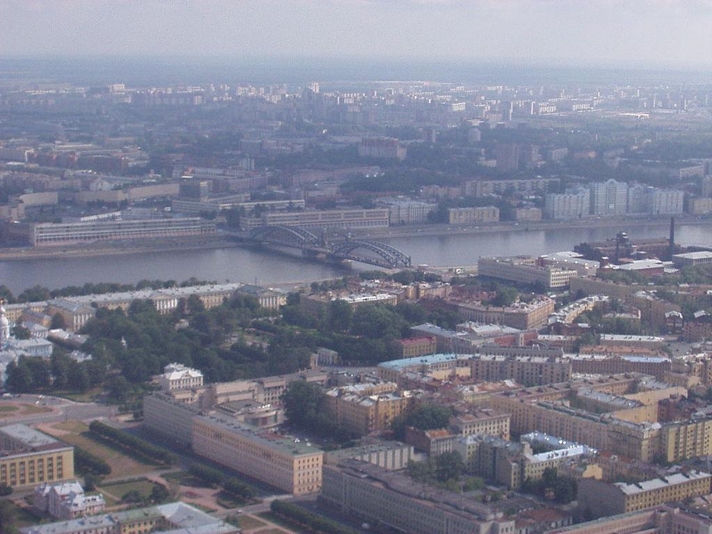 Нева в районе Большеохтинского моста. Мост Петра Великого. Автор фото: Ssr (Wikimedia Commons)