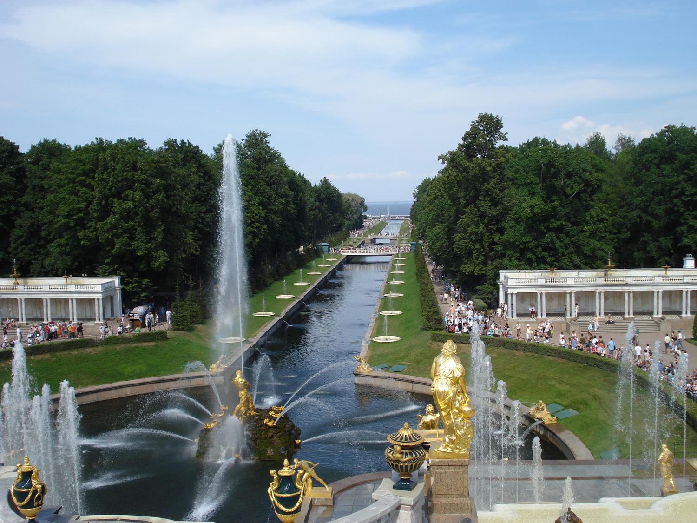Вид на Морской канал с Большого дворца Петергофа. Автор: Alexey Pavlov. Фото с Википедии
