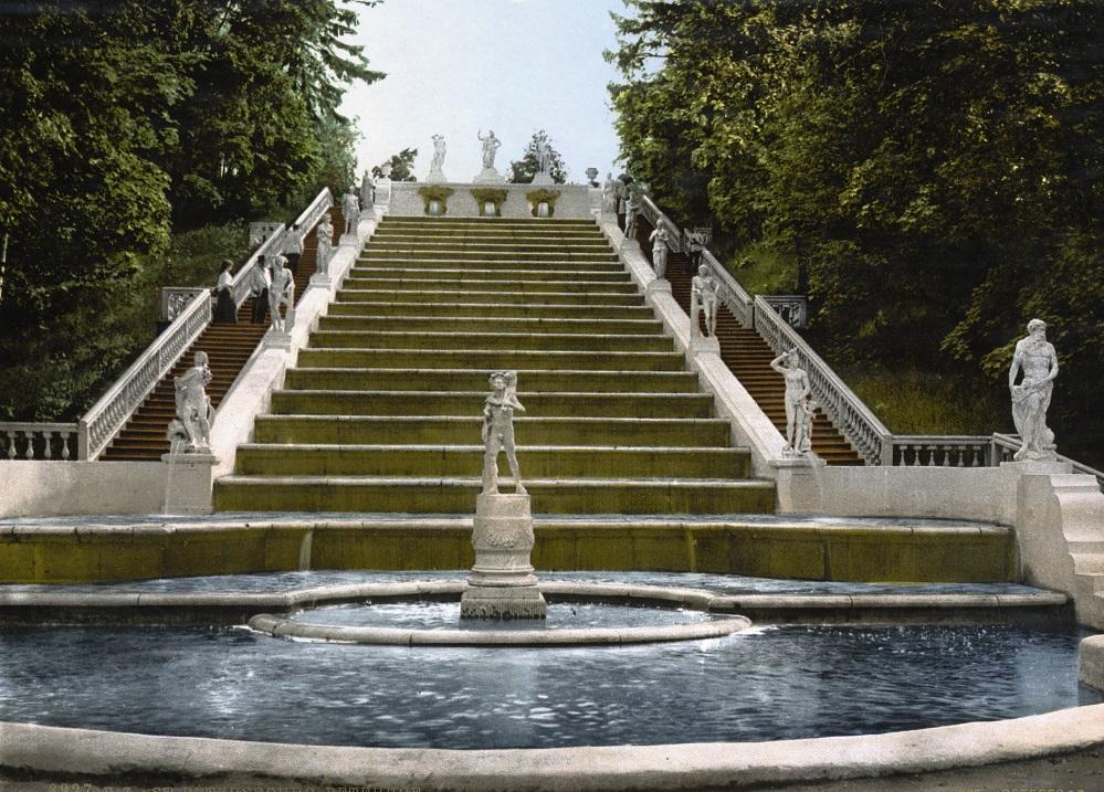 Каскад «Золотая гора» в Нижнем парке Петергофа. Фото с Википедии, архив