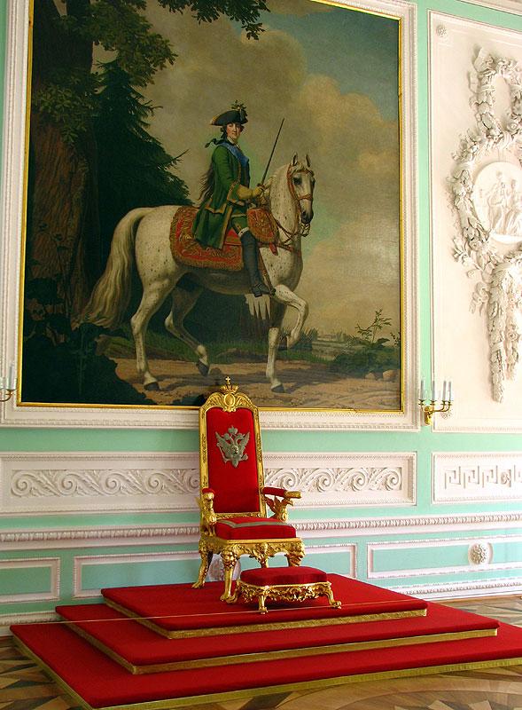 "Тронное кресло и картина ""Шествие на Петергоф"". Автор фото: Андрей Корзун (Wikimedia Commons)"