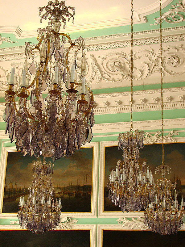 Люстры Тронного зала. Автор фото: Андрей Корзун (Wikimedia Commons)